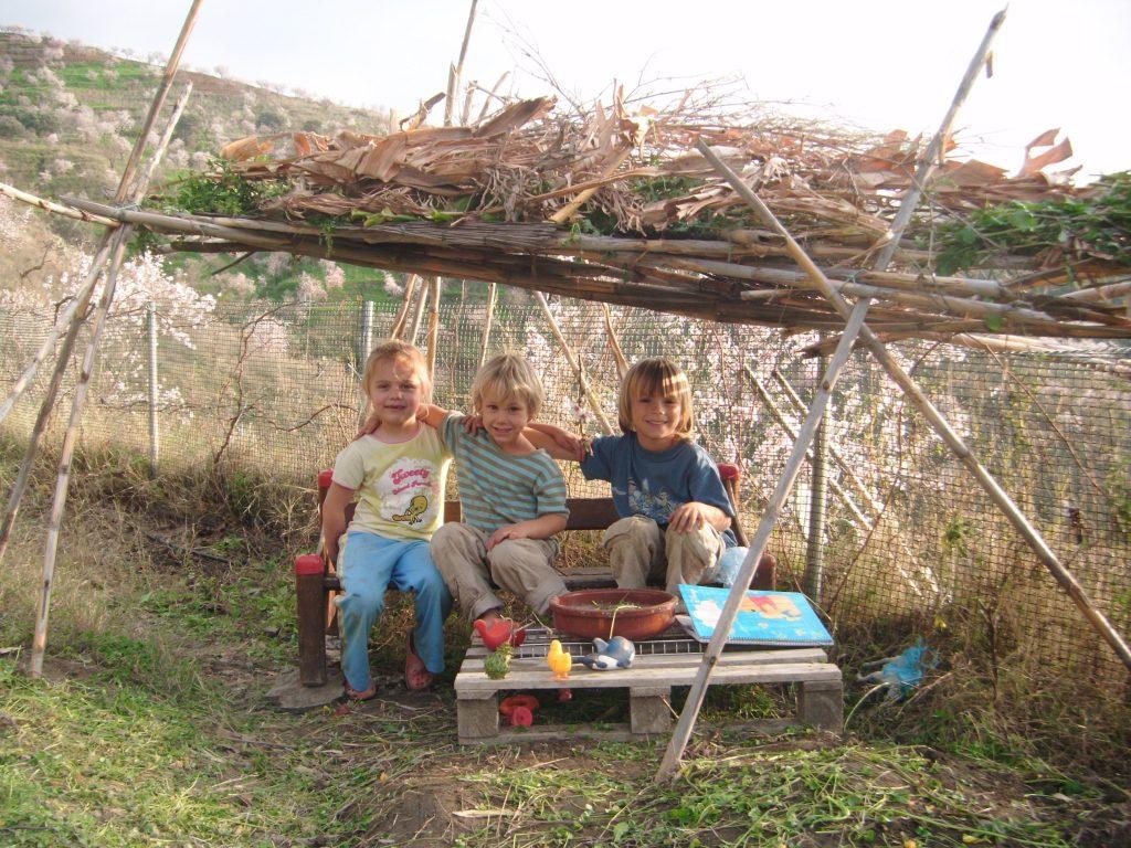 Colina Tropical. Les enfants rafolent de faire des cabanes sur le terrain.